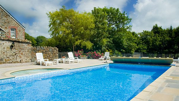 What is the Best Way to Keep a Swimming Pool Clean?